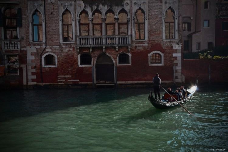 gondola che naviga placida nei canali veneziani