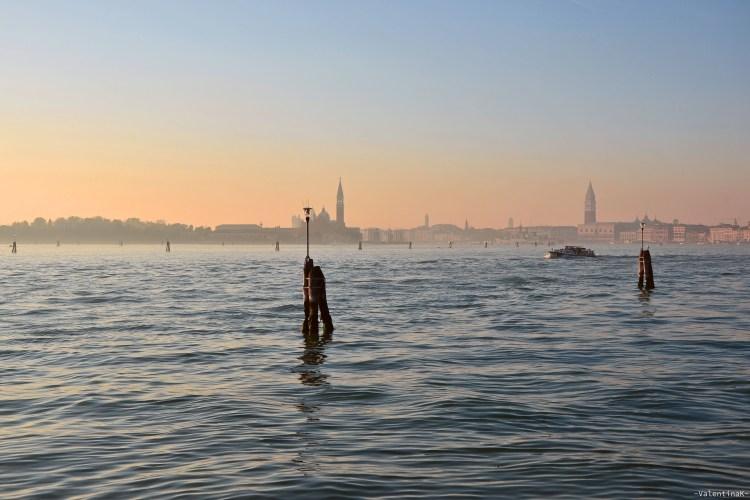 il mare della laguna veneziana al tramonto