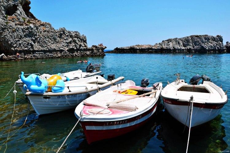 8 spiagge imperdibili sull'isola di Rodi: barchette ormeggiate alla spiaggia di agios pavlos