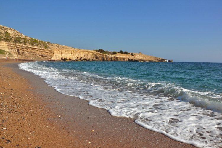 onde che lambiscono la spiaggia di fourni