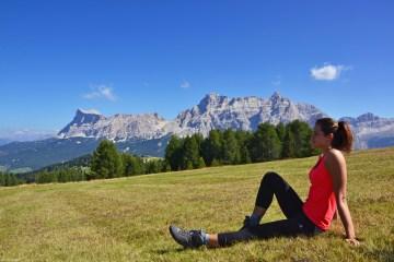 valentina in relax ai prati del pralongià in un mezzogiorno settembrino di montagna