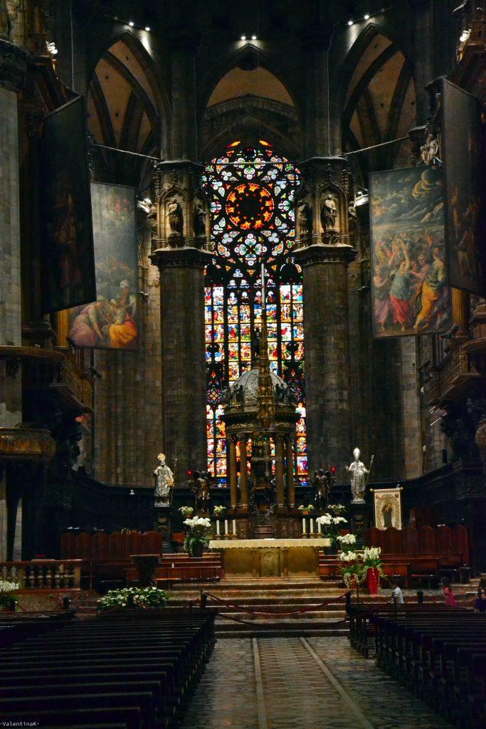 La vetrata dietro all'altare nel duomo di milano
