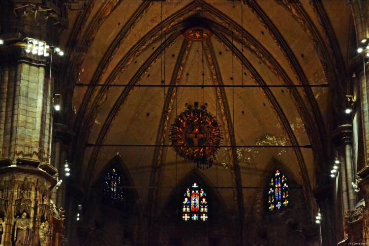 il sacro chiodo, appeso sopra la parete dell'altare nel duomo di milano