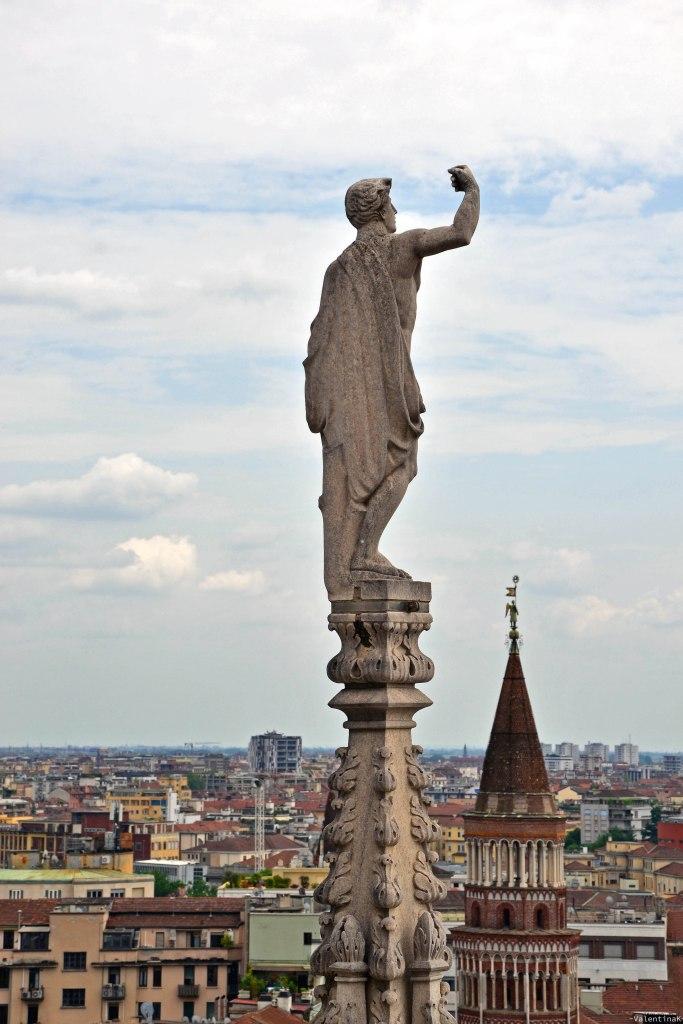Una delle tante e variegate statue del duomo di Milano