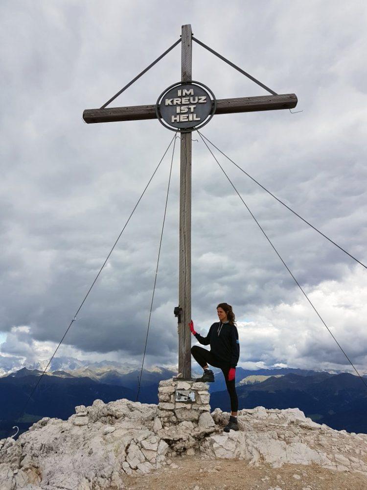 valentina sotto la croce del picco di vallandro