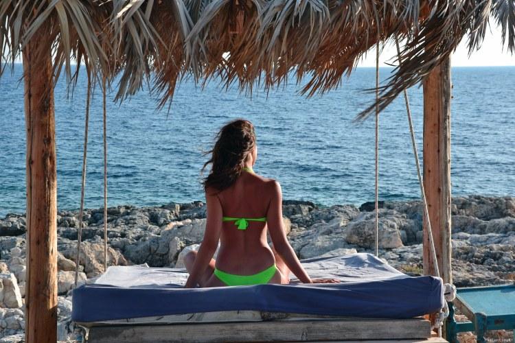 Undici spiagge imperdibili sull'isola di Zacinto: valentina sul dondolo matrimoniale di porto roxa