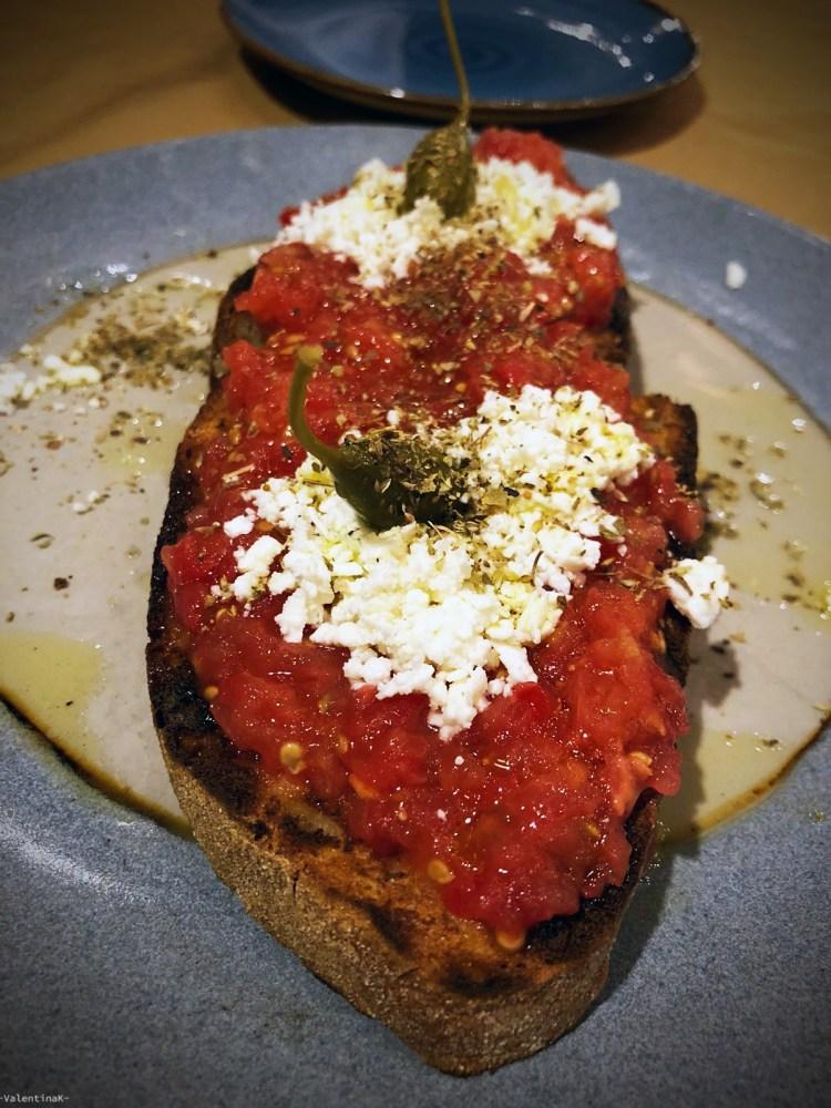 dove mangiare a zacinto: bruschetta pomodoro e feta alla taverna votsalo