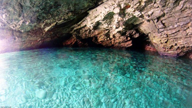 esperienze imperdibili a zacinto: una delle grotte di xigia