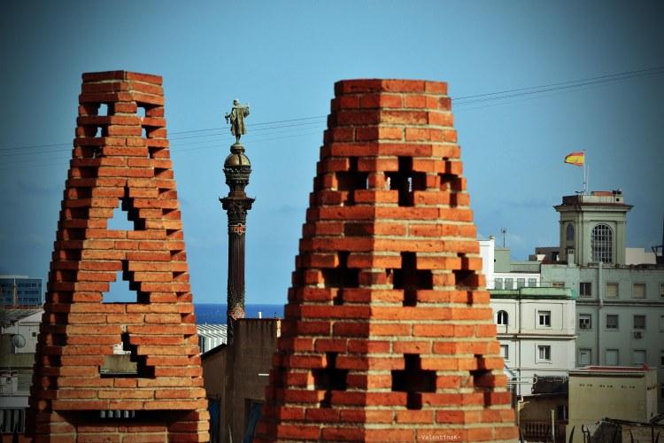 barcellona dall'alto del terrazzo di palau guell, verso la statua di cristoforo colombo