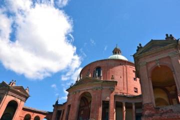 Il santuario di san luca: profilo barocco con nuvole