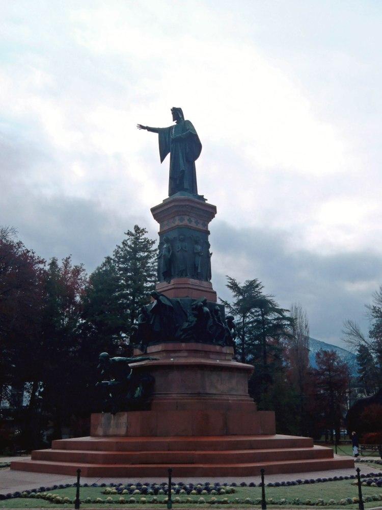 la statua di dante, imponente, ai giardini pubblici di trento