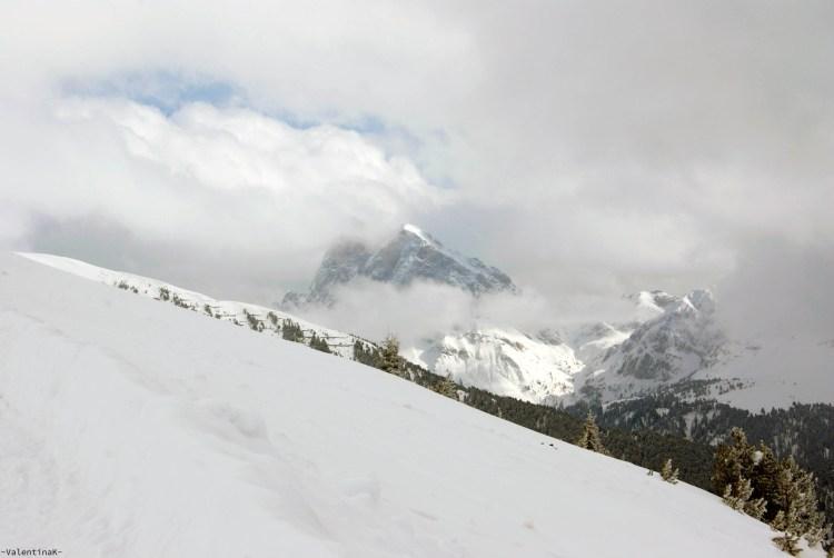 tre splendide escursioni sulla plose: sentiero panoramico che guarda al sas de putia, tra le nuvole