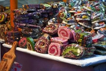cafè e sale da tè a cracovia: dolciumi colorati che in vendita ai mercatini di natale di cracovia