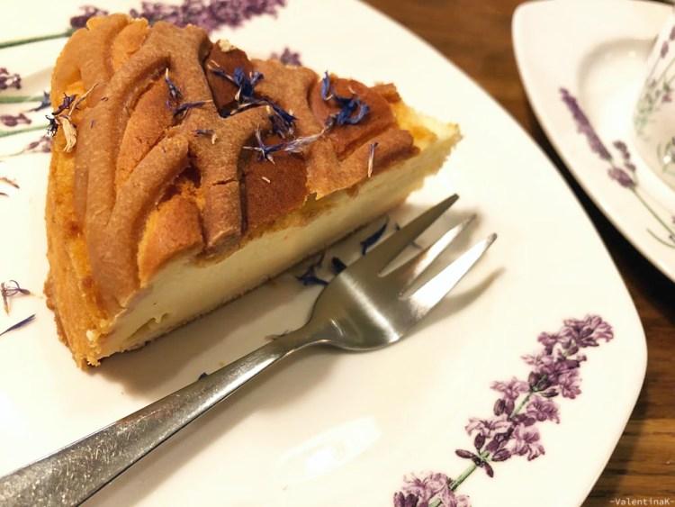 cafè e sale da tè a cracovia: ottima cheesecake con petali di fiori