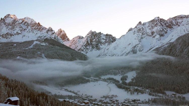 val pusteria in inverno cose da fare: panorama innevato con nuvole basse