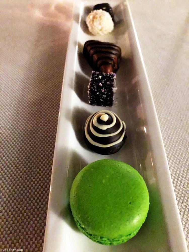 dove mangiare a cracovia: un macaroon e cioccolatini offerti al ristorante copernicus