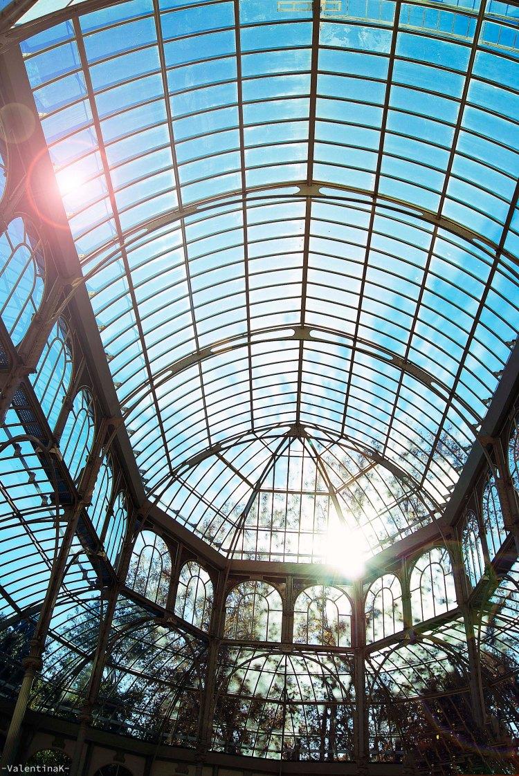 luci e ombre di madrid: il sole che entra dalle pareti del palazzo di vetro