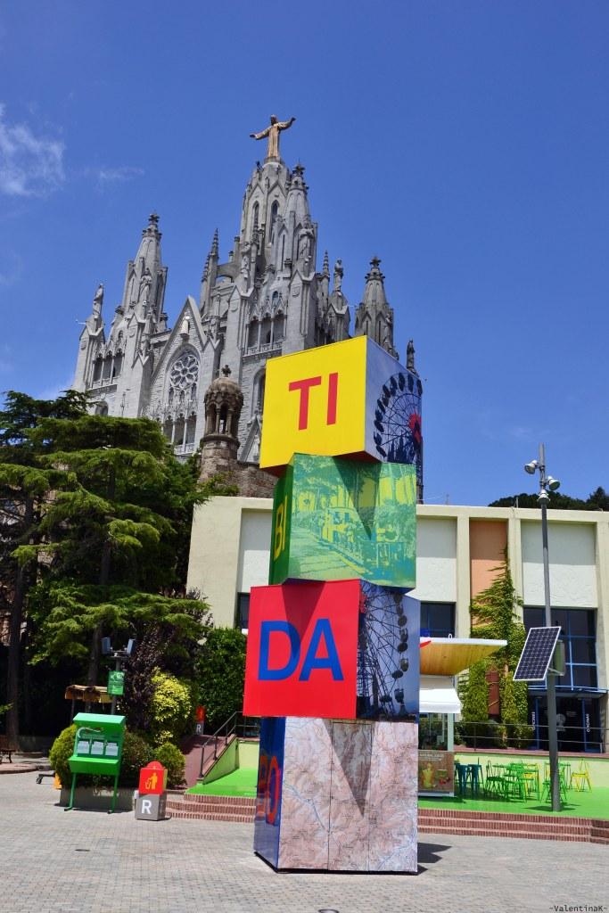 cosa fare a barcellona: il templo del tibidabo e il parco divertimenti con scritte colorate