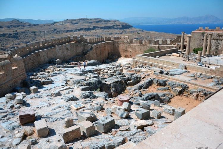sei esperienze imperdibili da vivere sull'isola di Rodi: l'interno dell'acropoli di lindos piena di rovine