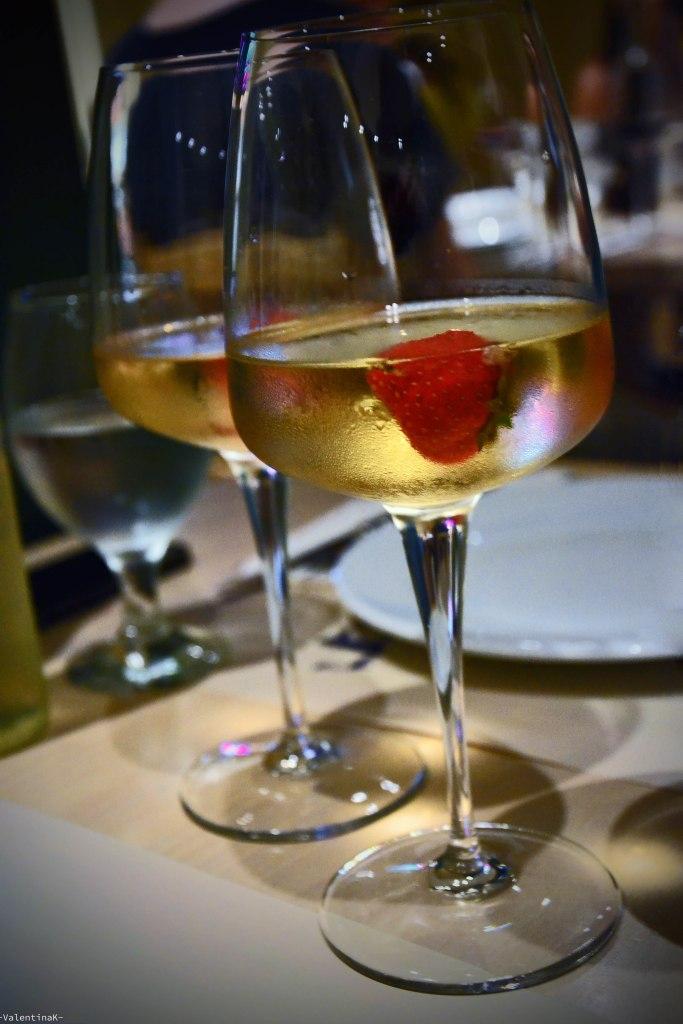 cosa fare a rodi sette esperienze imperdibili: cena da tamam con calici di vino bianco e fragole
