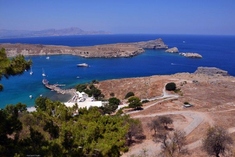meraviglioso panorama blu e ocra sulla costa dell'isola di rodi