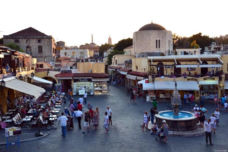 vista su piazza symi a rodi vecchia al tramonto