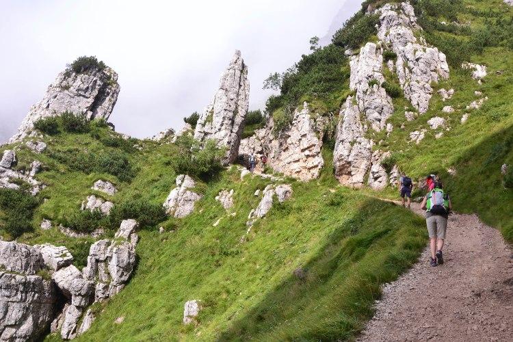 la strada delle 52 gallerie: escursionisti e pilastri rocciosi
