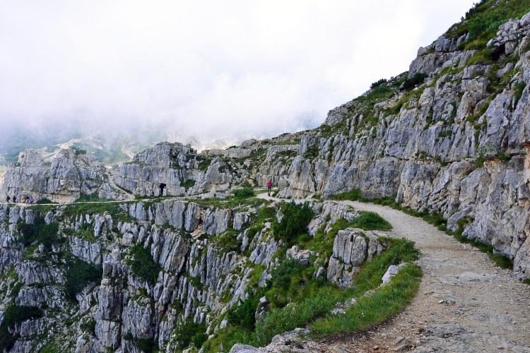 la strada delle 52 gallerie: tratto di sentiero esposto