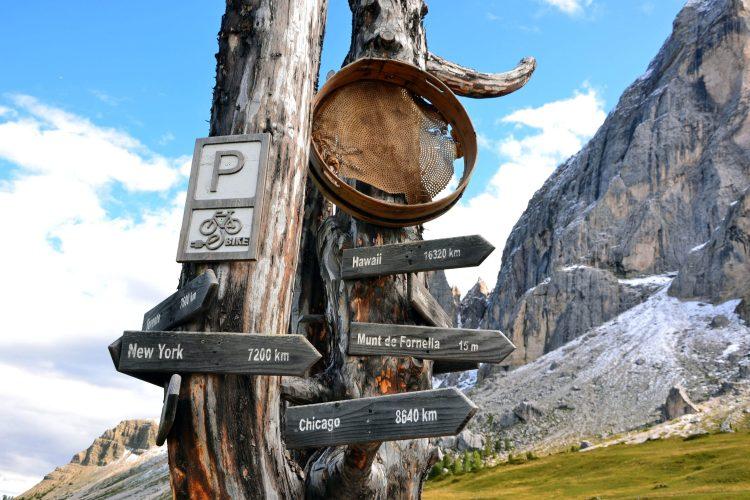 giro ad anello intorno al sass de putia: indicazioni in legno