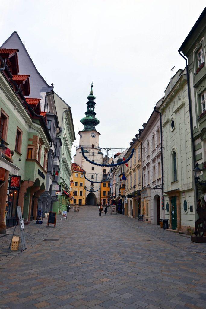 cosa fare a bratislava: via principale del centro con torre e porta di san michele