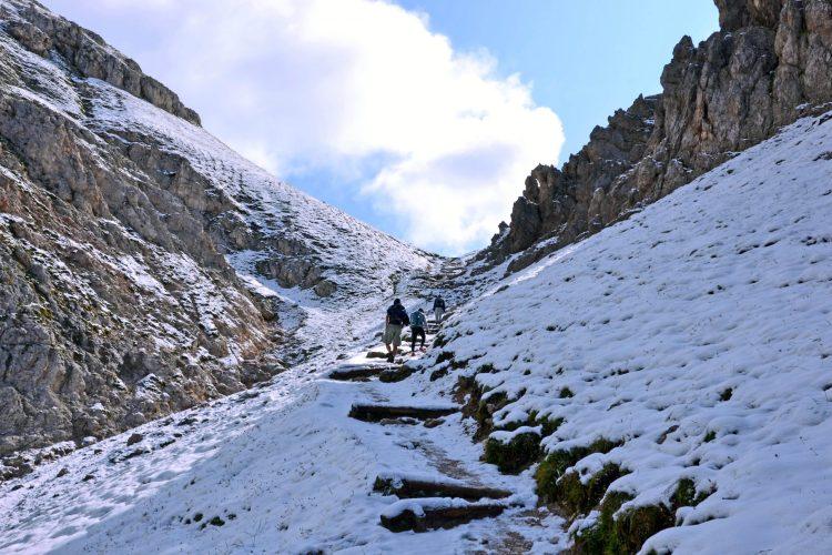 neve e camminatori verso la forcella putia