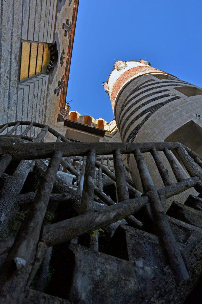 visitare la rocchetta mattei: scalette e torri del castello