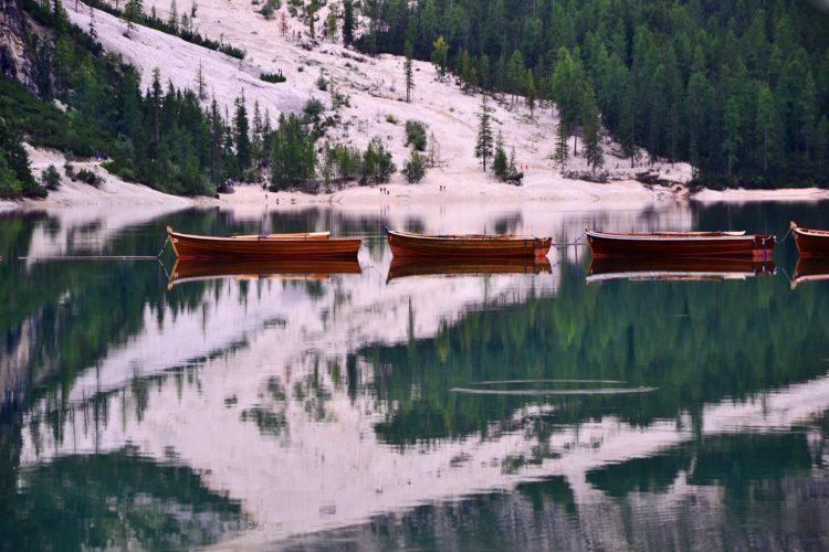 cose da fare in val pusteria quando piove: barchette ferme sul lago