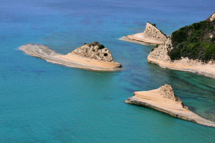 spiagge imperdibili sull'isola di corfù: zoom sulle rocce levigate di capo drastis