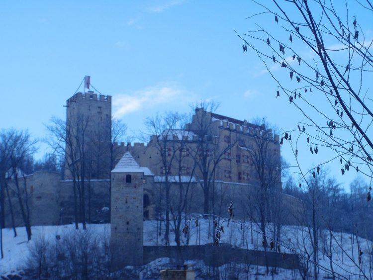 cose da fare in val pusteria quando piove: il castello simbolo di brunico