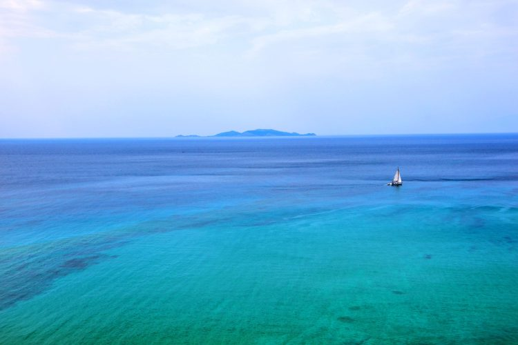 mare ionio visto dall'alto con barchetta e isola a forma di coccodrillo