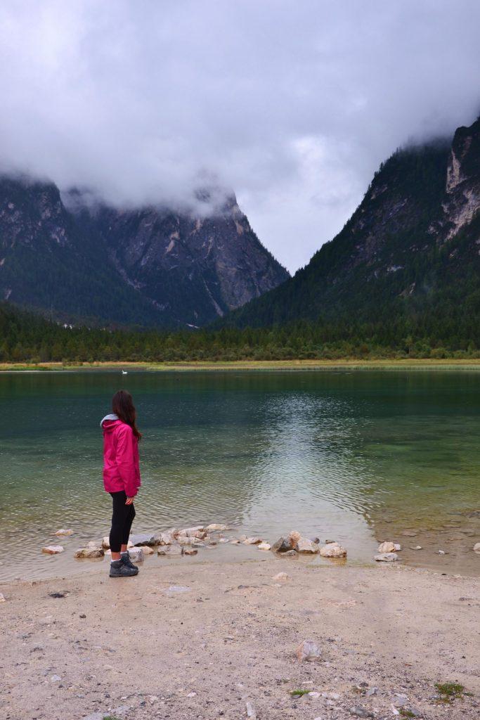 valentina al lago di dobbiaco in un giorno nuvoloso
