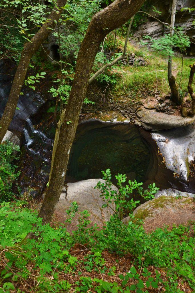 cascate di lazzaroni: vista dall'alto sulla parte finale delle cascate e sulla conca naturale