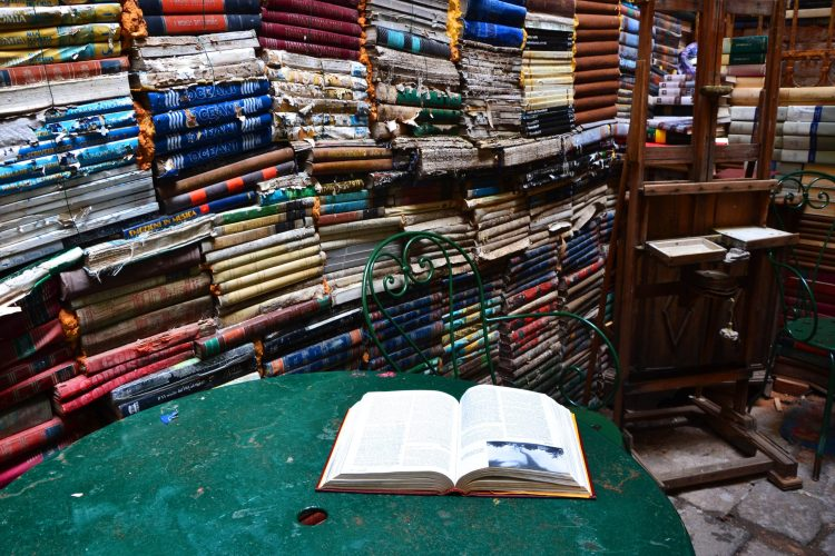 reduci e prime volte: spazio nella libreria acqua alta di venezia