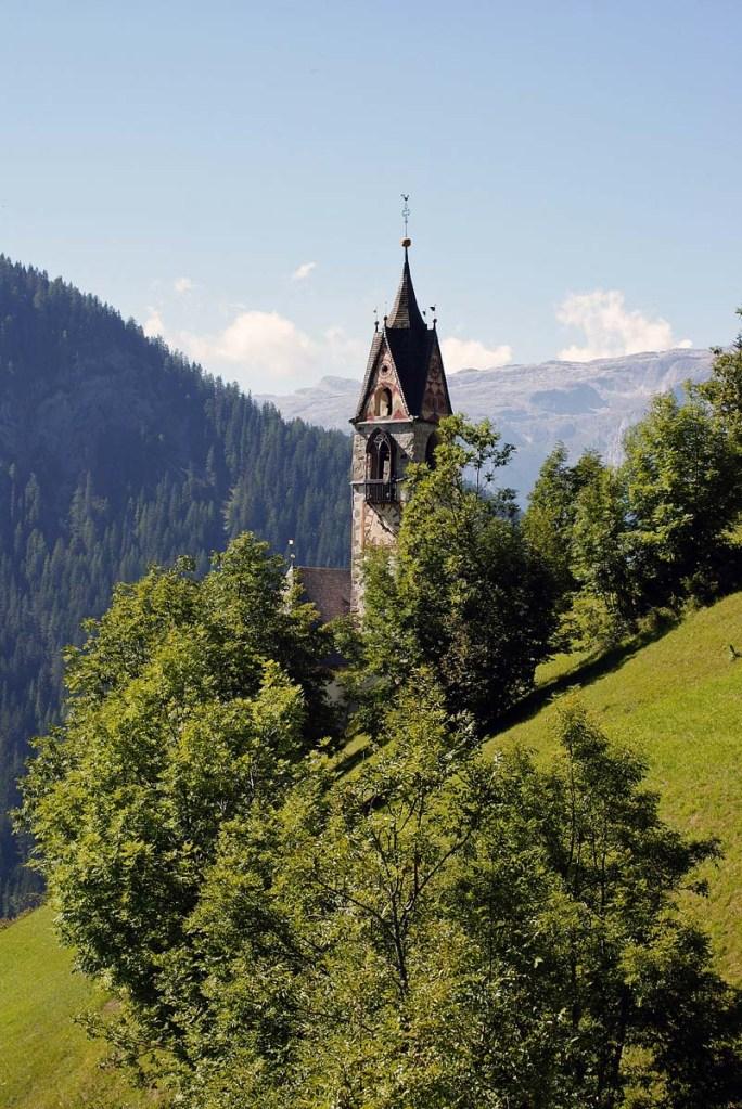 il campanile della chiesa di santa barbara a la val