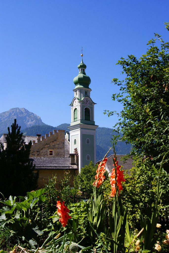il campanile a cipolla di dobbiaco in un giorno di sole