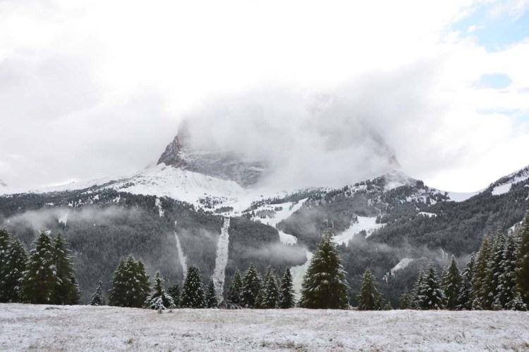 Cosa fare in Val Badia quando piove: il massiccio del sassolungo imbiancato di neve