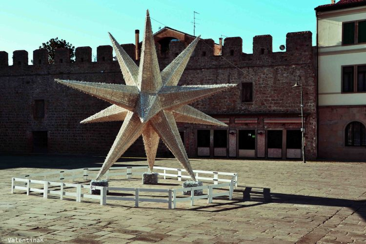 decorazione natalizia a forma di stella in piazza mazzini a monselice