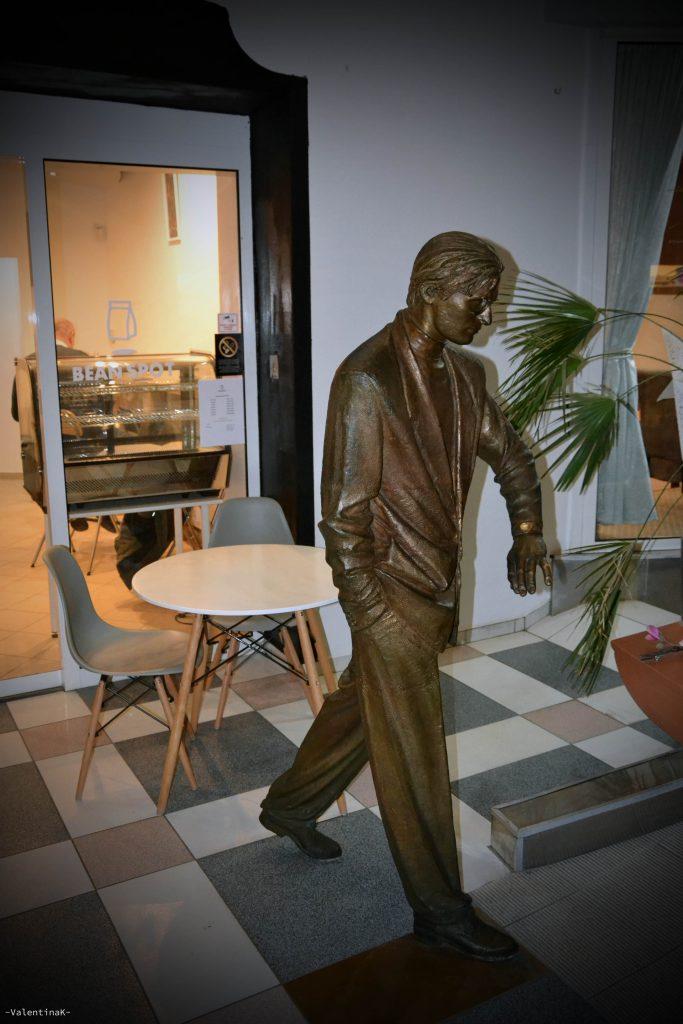 statua in bronzo dell'uomo che guarda l'orologio a bratislava
