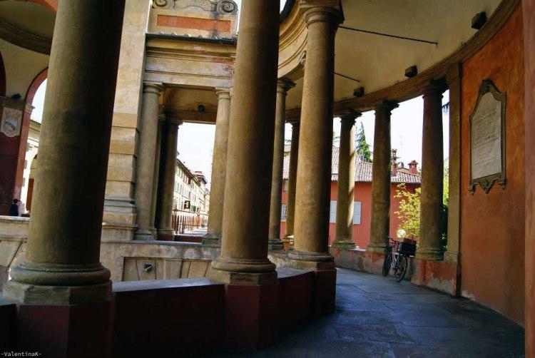 l'arco del meloncello: comincia il portico in salita per raggiungere il santuario di san luca