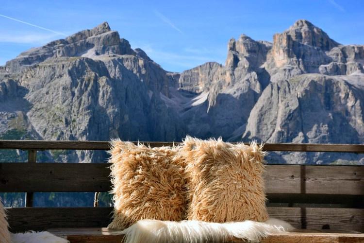 rifugio col pradat con bellissimi cuscini pelosi sul terrazzo panoramico