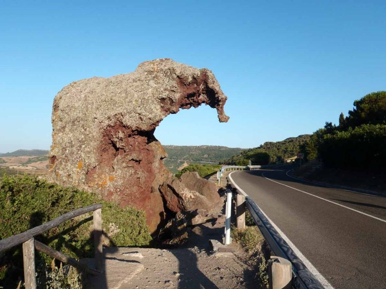 luoghi imperdibili in sardegna: la roccia elefante