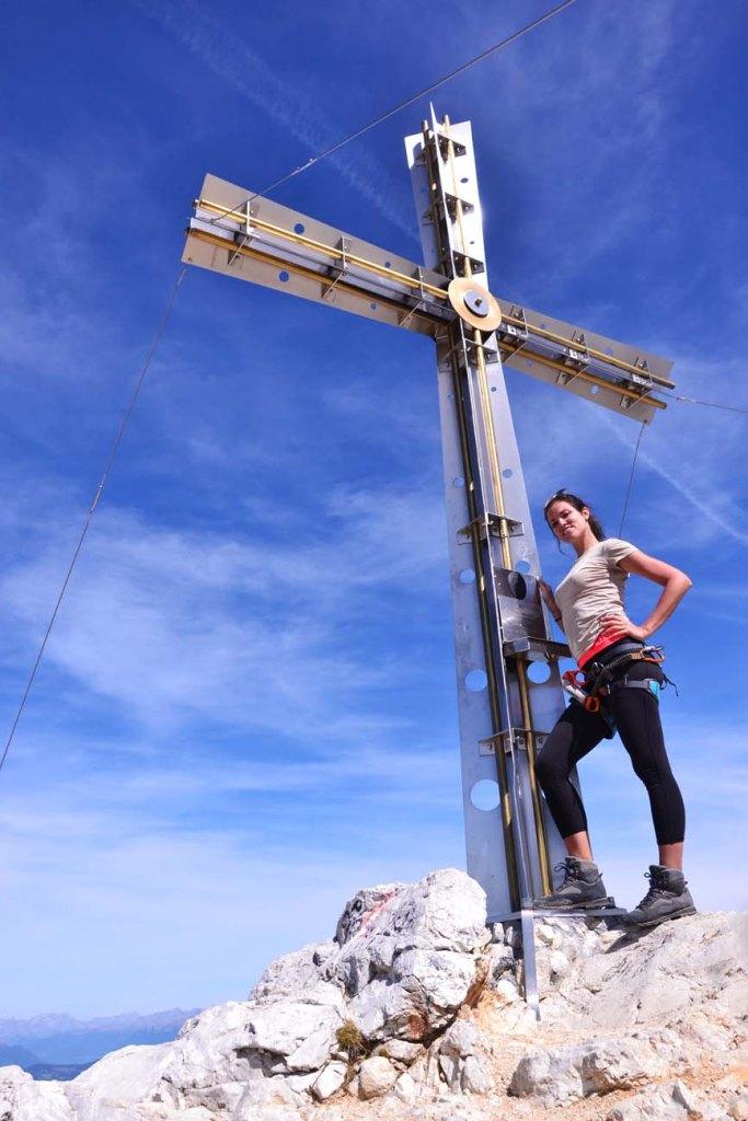 valentina in cima del sassongher sotto la croce di metallo