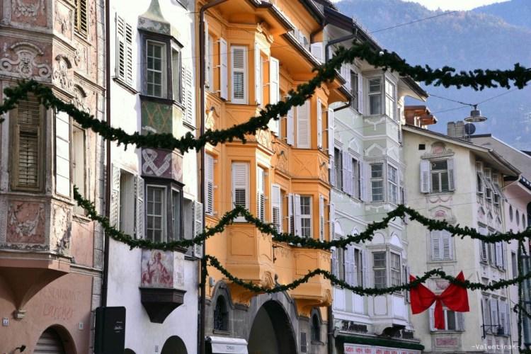 natale a bolzano: tipiche case colorate con le decorazioni natalizie