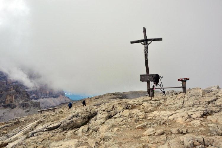 la cima del lagazuoi, con la croce di vetta e la panchina di legno